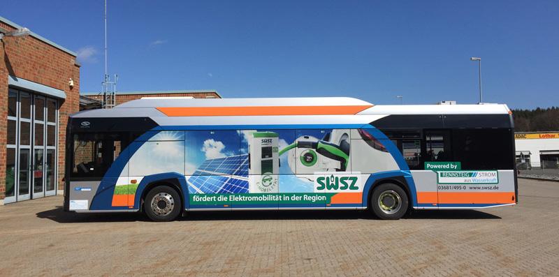 Elektrobus mit Verkehrsmittelwerbung
